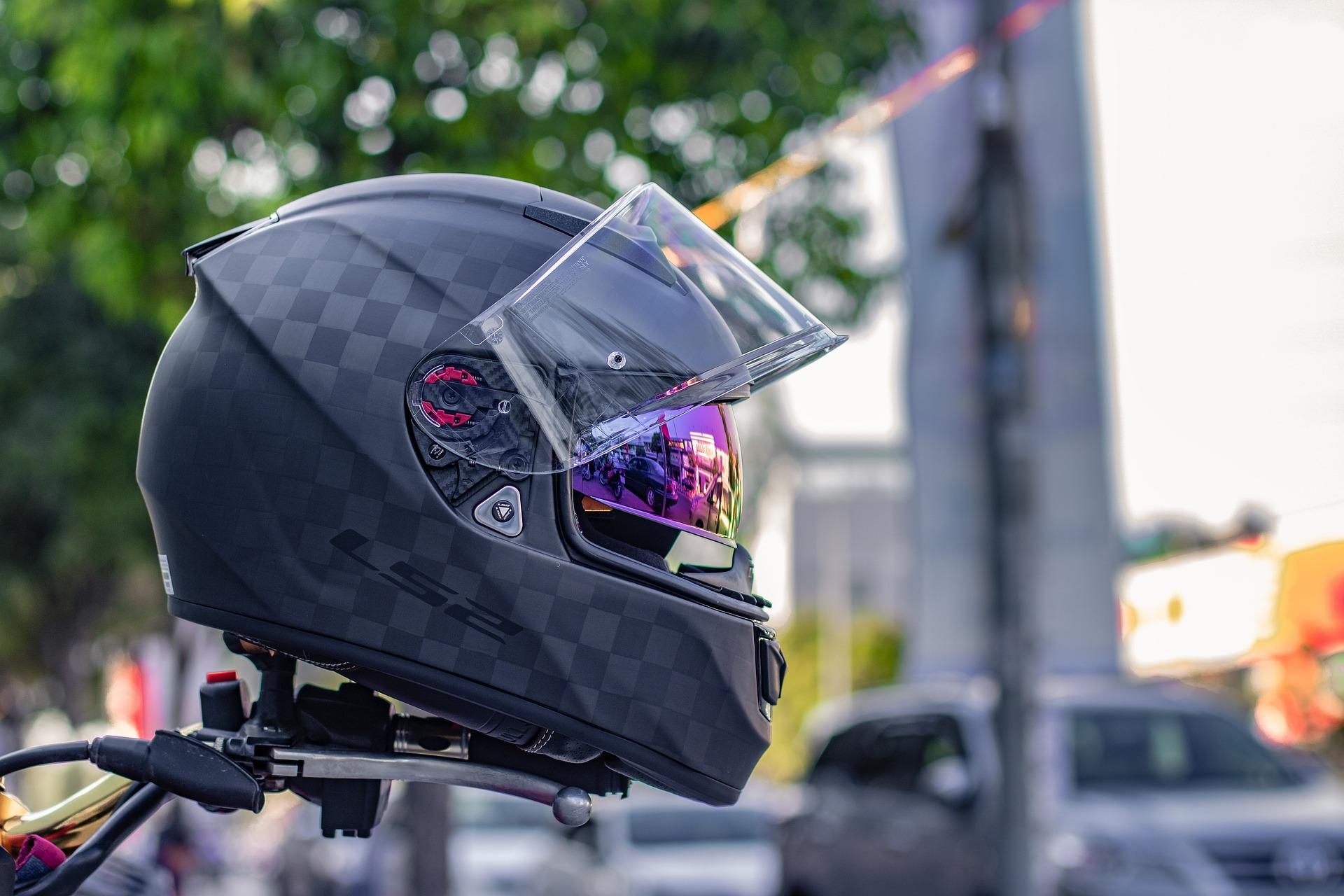 Helm hängt auf Lenker